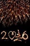 2016 scritto con i fuochi d'artificio come fondo Immagine Stock Libera da Diritti