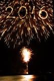 2016 scritto con i fuochi d'artificio come fondo Immagini Stock