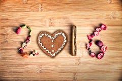 2016 scritto con le spezie ed il pan di zenzero su fondo di legno Fotografia Stock