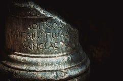 Scritto del greco antico scolpito sulla colonna di pietra Kyrenia, Cipro fotografie stock