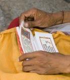Scritto del tibetano della lettura Immagine Stock Libera da Diritti