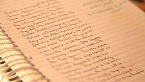 Scritto ed archivi nella mano stock footage