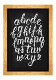 Scritto latino disegnato a mano della spazzola di calligrafia del gesso delle lettere minuscole sulla lavagna Alfabeto calligrafi Fotografia Stock Libera da Diritti