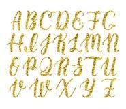 Scritto latino disegnato a mano della spazzola di calligrafia delle lettere maiuscole Alfabeto di scintillio dell'oro Vettore illustrazione vettoriale