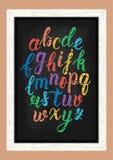 Scritto latino disegnato a mano variopinto della spazzola di calligrafia del gesso delle lettere minuscole sulla lavagna Alfabeto Immagini Stock