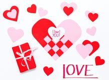 ` Scritto a mano del ` ti amo - nota per il giorno del ` s del biglietto di S. Valentino che si trova su un cuore fatto da carta  Immagine Stock Libera da Diritti