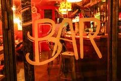 ` Scritto a mano della barra del ` su una porta di vetro della barra immagine stock