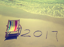 2017 scritto in sabbia scrive sulla spiaggia tropicale Fotografia Stock
