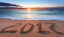 2017 scritto in sabbia, sulla spiaggia Fotografia Stock Libera da Diritti