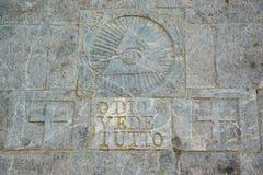 Scritto sul ` di tutto del vede di Dio del ` della parete di pietra/sul ` Dio vede tutto ` e simbolo massonico qui sopra fotografia stock libera da diritti