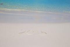 2016 scritto sulla sabbia bianca della spiaggia tropicale con Immagine Stock Libera da Diritti