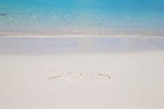 2015 scritto sulla sabbia bianca della spiaggia tropicale con Fotografia Stock Libera da Diritti