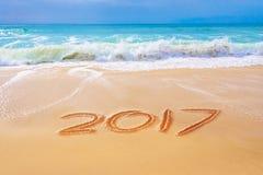 2017 scritto sulla sabbia di una spiaggia, concetto del nuovo anno di viaggio Fotografie Stock Libere da Diritti