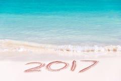 2017 scritto sulla sabbia di una spiaggia, concetto del nuovo anno di viaggio Fotografia Stock Libera da Diritti