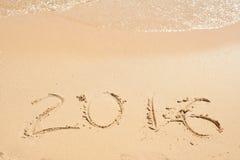 2016 scritto sulla sabbia Spiaggia ed onde Immagini Stock Libere da Diritti