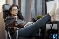 Scrittore attraente delle free lance della donna che pensa al testo e che scrive in blocco note immagini stock libere da diritti