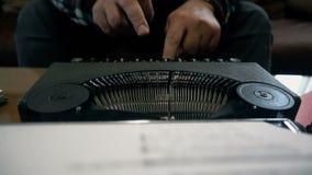 Scrittore che per mezzo di retro macchina da scrivere, movimento lento di vista frontale archivi video
