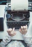 Scrittore che scrive con la retro macchina di scrittura Immagine Stock Libera da Diritti