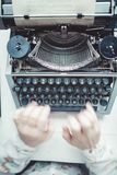 Scrittore che scrive con la retro macchina di scrittura Immagini Stock Libere da Diritti