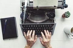 Scrittore che scrive con la retro macchina di scrittura Fotografie Stock