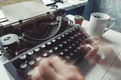 Scrittore che scrive con la retro macchina di scrittura Fotografia Stock Libera da Diritti