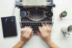 Scrittore che scrive con la retro macchina di scrittura Immagini Stock