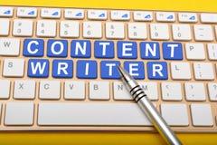 Scrittore contento sulle chiavi del computer portatile con il primo piano della penna Fotografia Stock