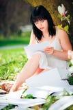 Scrittore Sitting Next To della giovane donna un albero Fotografia Stock Libera da Diritti