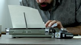 Scrittore sul lavoro all'interno archivi video