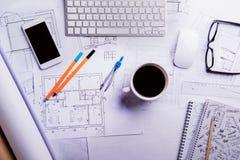 Scrittorio, aggeggi e programmi di costruzione di alloggi Disposizione piana Priorità bassa di legno Fotografie Stock