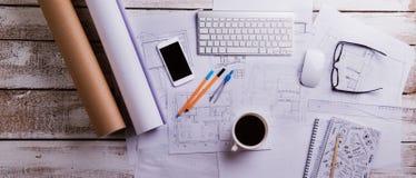 Scrittorio, aggeggi e programmi di costruzione di alloggi Disposizione piana Priorità bassa di legno Immagine Stock