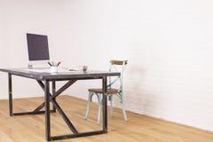 Scrittorio antico del progettista e della sedia Immagini Stock Libere da Diritti