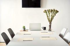 Scrittorio bianco di conversazione pronto per usare Fotografia Stock