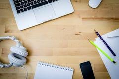 Scrittorio, computer, carta, telefono su uno scrittorio di legno Fotografia Stock