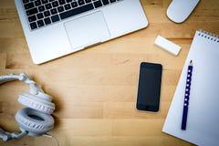 Scrittorio, computer, carta, telefono su uno scrittorio di legno Immagini Stock