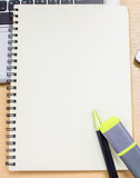 Scrittorio con i rifornimenti, computer portatile, calcolatore, penna della tavola dell'ufficio Il bl Immagini Stock