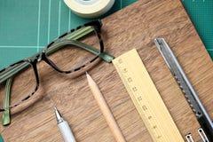 Scrittorio con la scuola stazionaria o gli strumenti dell'ufficio Insieme piano di disposizione di arte Immagine Stock