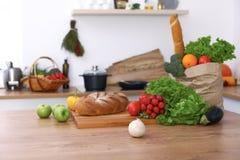 Scrittorio con molti ortaggi freschi e frutti nella cucina Cottura, vegetariano e concetto di compera Immagini Stock