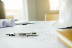 Scrittorio del progetto di ingegneria con gli strumenti di ingegneria Fotografie Stock