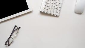Scrittorio dell'area di lavoro con la tastiera e il ltaplet Fotografie Stock Libere da Diritti
