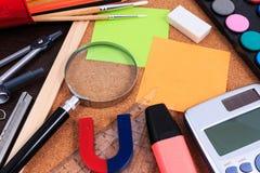Scrittorio della tavola dell'ufficio con l'insieme degli strumenti per l'opera d'arte creativa Immagini Stock
