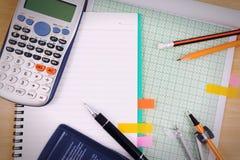 Scrittorio della tavola dell'ufficio con l'insieme dei rifornimenti della cancelleria o di per la matematica dell'ufficio Immagini Stock Libere da Diritti