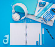 Scrittorio dello studente con il taccuino aperto Immagine Stock