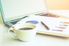 Scrittorio di legno con gli articoli per ufficio e la tazza di caffè Fotografie Stock