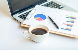 Scrittorio di legno con gli articoli per ufficio e la tazza di caffè Fotografia Stock