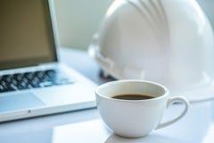 Scrittorio di legno con gli articoli per ufficio e la tazza di caffè rossa Fotografie Stock Libere da Diritti