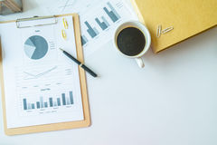 Scrittorio di legno con gli articoli per ufficio e la tazza di caffè rossa, vista superiore Fotografia Stock