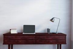 Scrittorio di legno con il computer portatile vuoto Fotografia Stock Libera da Diritti
