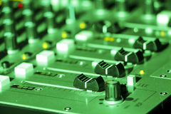 Scrittorio di miscelazione del DJ nell'ambito di luce verde Fotografie Stock