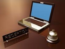 Scrittorio di ricezione con il computer portatile Fotografia Stock